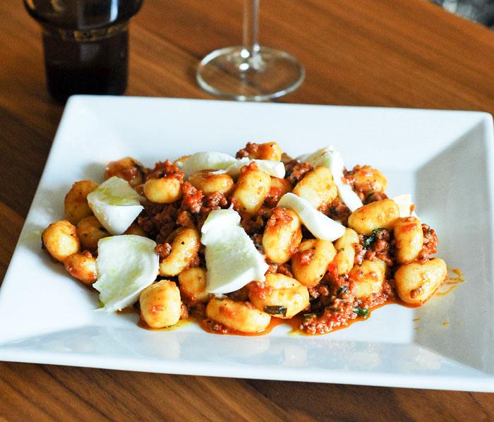 Salsiccia med gnocchi och buffelmozzarella