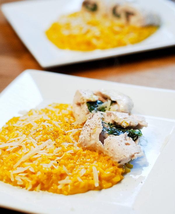 Taleggio- och salviafylld kycklingfilé med risotto Milanese