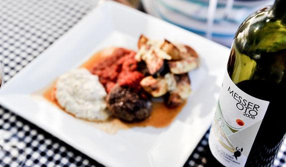 Lammfärsbiffar med Västerbottenkräm, hemkokt tomatsås och rostad potatis