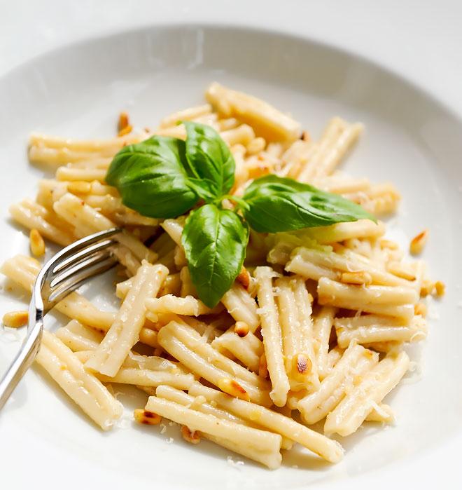 Casarecce di Grano Capelli med rostade pinjenötter och Vacche Rosse parmesan