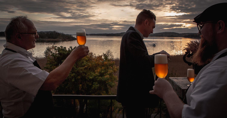 Norbert Lang och Guystav Lindh i samspråk över en öl